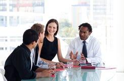 Geschäftsteam, das miteinander im Büro zusammenwirkt Lizenzfreie Stockfotos