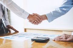Geschäftsteam, das oben eine Sitzung, Geschäft zwei grüßt und beendet lizenzfreies stockbild