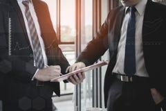 Geschäftsteam, das Planfinanzdiagrammdaten bezüglich des Bürotischs, Finanzierung, erklärend anwesend und besprochen worden sein  Lizenzfreie Stockfotografie