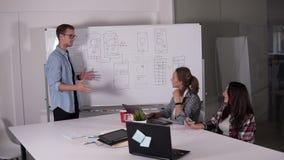 Geschäftsteam, das Projekt oder Idee bespricht Sich hinlegen, Exekutive, Startkonzept Zwei Frauen, die am Schreibtisch und am Man stock video footage