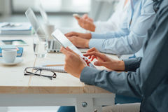 Geschäftsteam, das am Schreibtisch arbeitet stockfotos