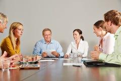 Geschäftsteam, das Sitzung im Konferenzsaal hat Stockbild