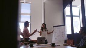 Geschäftsteam, das Strategiesitzung im Büro hat stock footage