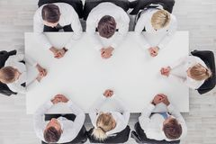 Geschäftsteam, das um Tabelle sitzt stockfotos