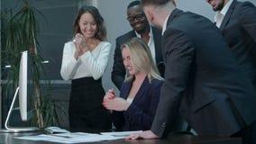 Geschäftsteam, das während der Sitzung im Büro applaudiert stock footage