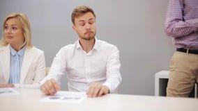 Geschäftsteam an der Darstellung im Büro stock video footage