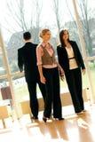 Geschäftsteam in einem Bürohaus Stockbild