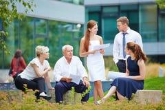 Geschäftsteam in einer Sitzung draußen im Sommer stockbilder