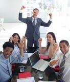 Geschäftsteam in einer Sitzung einen Erfolg feiernd lizenzfreies stockbild