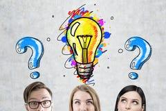 Geschäftsteam, Glühlampe und Fragen lizenzfreie stockbilder