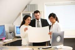 Geschäftsteam-Holdingpapier Lizenzfreies Stockbild