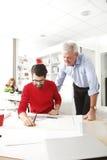 Geschäftsteam im kleinen Architektenstudio Stockbilder