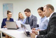 Geschäftsteam mit dem Laptop, der Diskussion hat Lizenzfreies Stockbild
