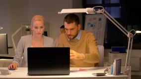Geschäftsteam mit dem Laptop, der im Nachtbüro arbeitet stock video footage