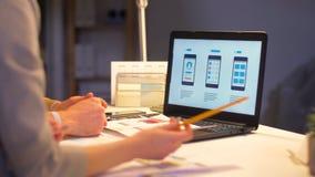 Geschäftsteam mit dem Laptop, der im Nachtbüro arbeitet stock video