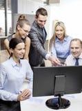 Geschäftsteam mit dem Monitor, der Diskussion hat Stockfotografie