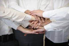 Geschäftsteam mit den Händen zusammen stockbild