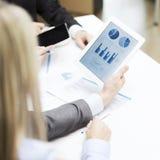 Geschäftsteam mit Diagramm auf Tabletten-PC-Schirm Stockfotos