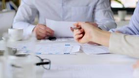 Geschäftsteam mit Diagrammen bei der Bürositzung stock video footage