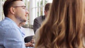 Geschäftsteam mit Entwurfssitzung in Büro 50 stock video footage