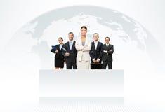 Geschäftsteam mit Karte der Welt im Hintergrund lizenzfreie stockfotos