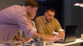 Geschäftsteam mit Laptop und Kaffee im Büro stock video footage