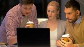 Geschäftsteam mit Laptop und Kaffee im Büro stock video