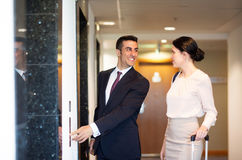Geschäftsteam mit Reise bauscht sich am Hotelaufzug stockfotografie