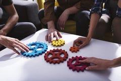Geschäftsteam schließen Stücke Gänge an Teamwork, Partnerschaft und Integrationskonzept stockfotos