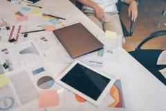 Geschäftsteam trifft sich im Büroraum Stockfotografie