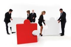 Geschäftsteam und großes Puzzlespiel Lizenzfreies Stockbild