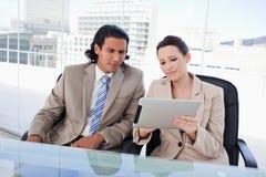 Geschäftsteam unter Verwendung eines Tablettecomputers stockfotografie