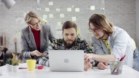 Geschäftsteam von den jungen Leuten, die zusammenarbeiten, millennials Gruppe spricht genießen, Spaß im gemütlichen Büro habend,  stock video footage