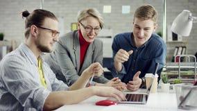 Geschäftsteam von den jungen Leuten, die zusammenarbeiten, millennials Gruppe spricht genießen, Spaß im gemütlichen Büro habend,  stock video