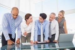 Geschäftsteam während der Sitzung stockfotos