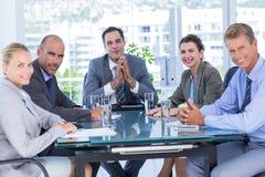 Geschäftsteam während der Sitzung stockbilder