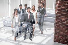 Geschäftsteam, Wirtschaftler gruppieren das Gehen am modernen hellen Büroinnenraum lizenzfreie stockfotografie