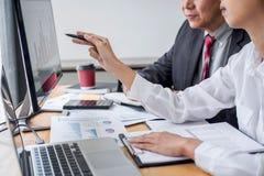 Geschäftsteamberater, der mit neuem Startwachstumsprojektplan und -diskussion analysiert auf Finanzstrategiestatistiken arbeitet lizenzfreie stockfotografie