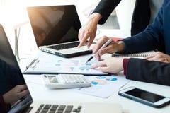 Geschäftsteambesprechung, die mit neuem Startprojekt, discussi arbeitet lizenzfreies stockbild