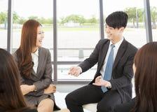 Geschäftsteambesprechung im Büro mit schönem Hintergrund Lizenzfreie Stockfotos