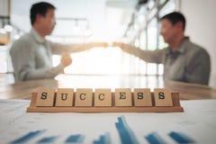 Geschäftsteambesprechung und Diskussionskonzept, Erfolgswort auf wo Stockbild