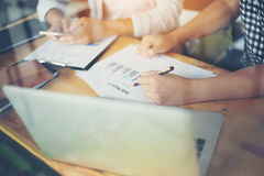 Geschäftsteambesprechungs-Analyse-Finanzdiagramm zusammen am Café Lizenzfreie Stockfotos