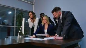 Geschäftsteambesprechungsdiskussion im Büro stock video