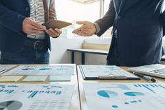 Geschäftsteambesprechungsgeschenk neue Idee Sekretärdarstellung und Herstellungsdem professionellen Anleger mit neuem Finanzproje Lizenzfreies Stockbild