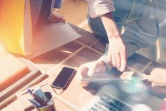 Geschäftsteambrainstorming Tablet-Computer und Schreibarbeit auf dem Tisch Filmeffekt und Blendenfleckeffekt Lizenzfreie Stockbilder