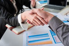 Geschäftsteamhändedruck nachdem dem Treffen lizenzfreie stockbilder