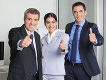 Geschäftsteamholding greift oben ab stockbilder