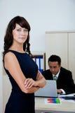 Geschäftsfrau im Büro lizenzfreies stockbild