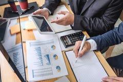 Geschäftsteampartner, der mit Computer, Laptop, Diskussion arbeitet und Börsehandel des Diagramms mit Aktienkurvedaten analysiert lizenzfreie stockfotos