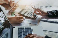 Geschäftsteamwork mit dem Bearbeiten des neuen Projektes Konzeptfinanzierung-acco Lizenzfreie Stockbilder